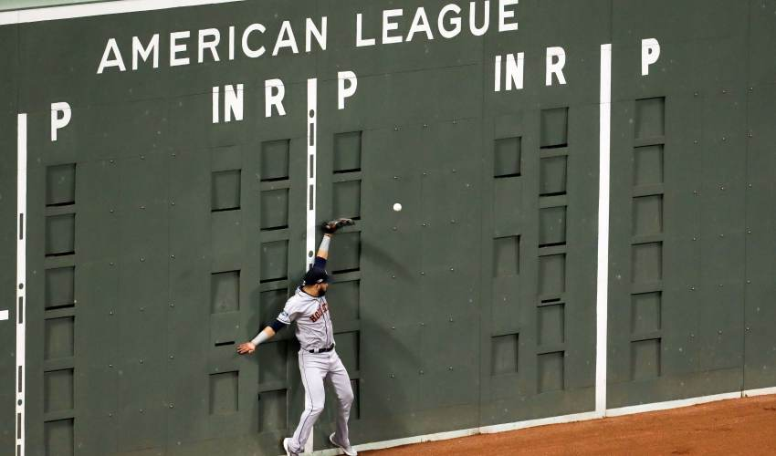 Astros outfielder collides with Green Monster… - news of today